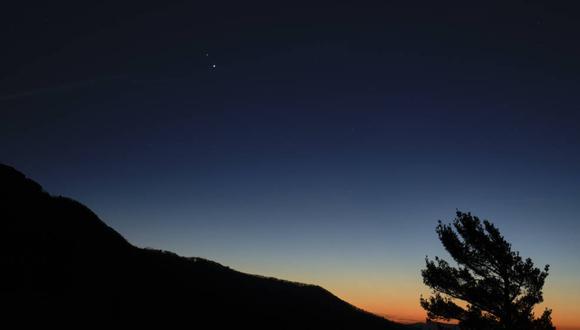 Saturno y Júpiter se ven juntos después del atardecer desde el Parque Nacional Shenandoah, el domingo 13 de diciembre de 2020. (NASA/Bill Ingalls)