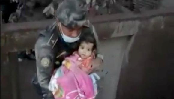 Guatemala | YouTube | El emotivo rescate de una bebé tras la erupción del Volcán de Fuego. (AP).