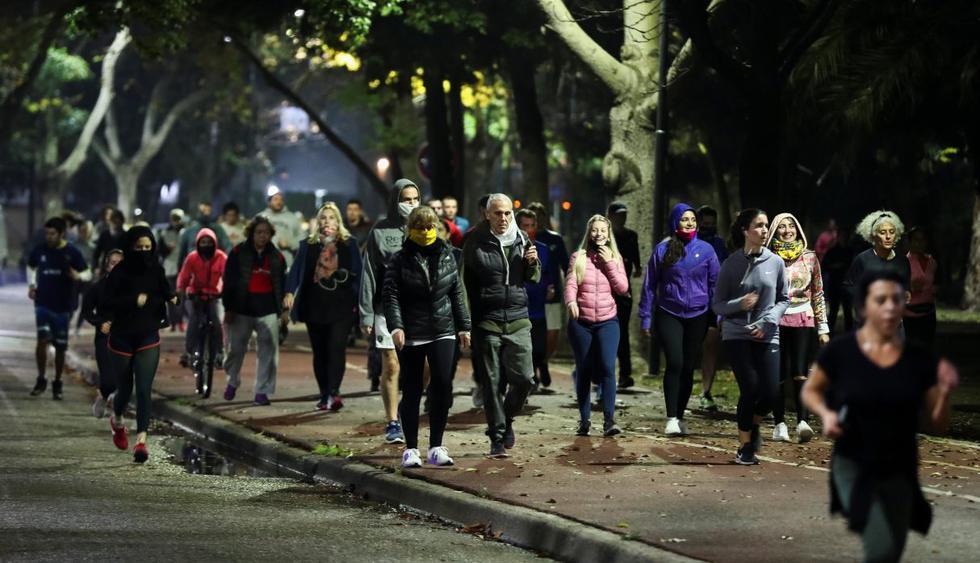 La gente trota en un parque después de que la ciudad de Buenos Aires (Argentina) aliviara sus restricciones de encierro por el coronavirus. (REUTERS/Agustin Marcarian).