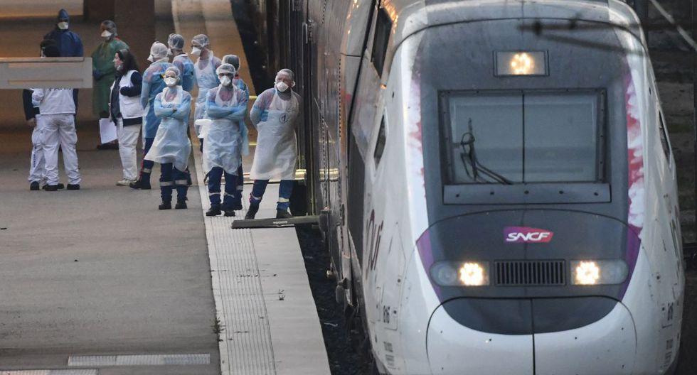 El personal médico de emergencia espera antes de cargar a pacientes afectados con coronavirus a bordo de un TGV (tren de alta velocidad) medicalizado en Mulhouse, este de Francia. (Foto: AFP/Sebastien Bozon)