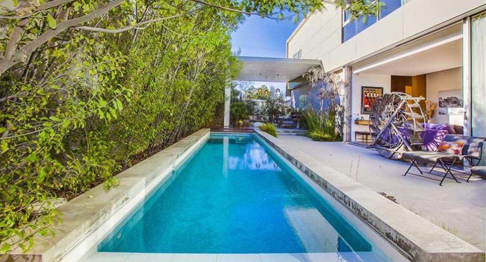 Ubicada en la playa de Venice, en California, el diseño de la piscina destaca por sus encimeras de piedra y mármol. Este ambiente tiene una entrada y salida directa a una de las salas de estar de la casa. (Foto: Luke Gibson/ bulldogrealtors.com)