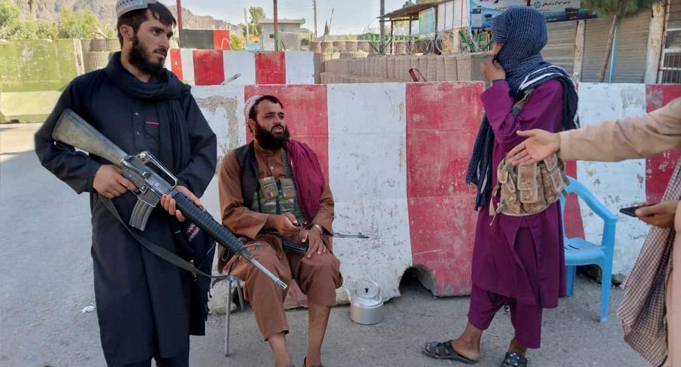 Combatientes talibanes en la recientemente capturada ciudad de Farah, en Afganistán. REUTERS