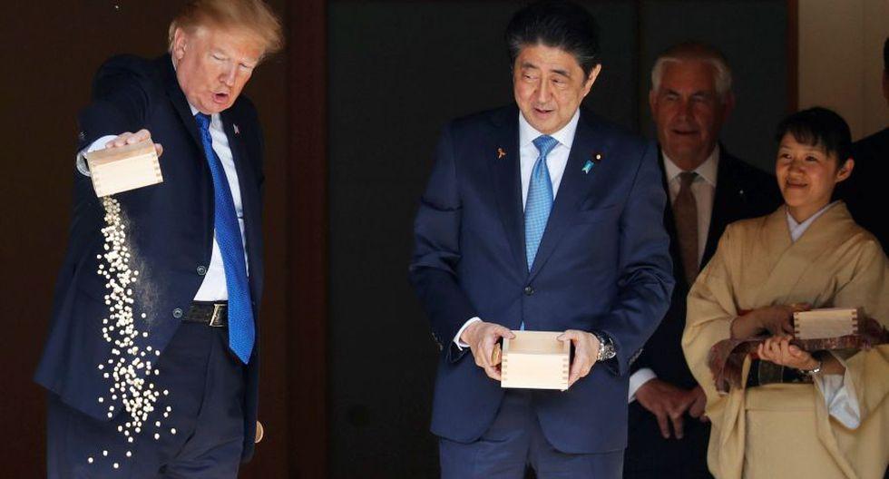 Las redes sociales se mofaron del presidente estadounidense por su peculiar forma de alimentar a unos peces en su visita a Japón. (Foto: AFP)