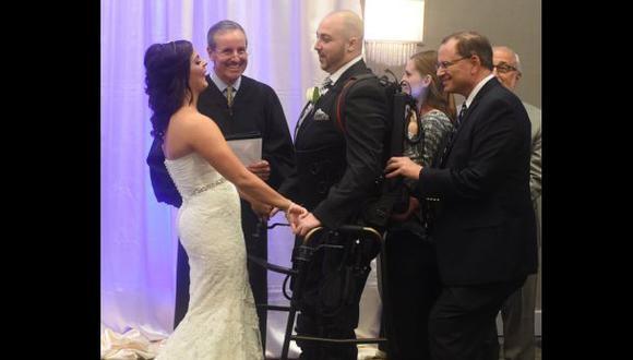 Hombre con parálisis se casó gracias a exoesqueleto