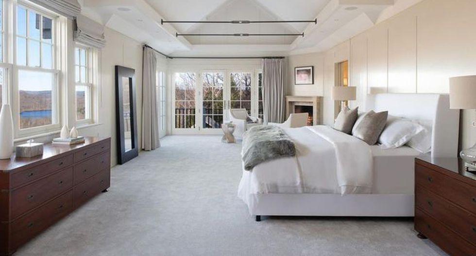 La habitación principal es amplia y se conecta con la naturaleza exterior a través de amplios ventanales. Esto, además, permite una mejor iluminación del espacio. (Foto: Realtor)