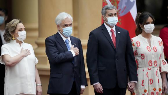 Sebastián Piñera, acompañado de su esposa, Cecilia Morel, y Mario Abdo Benitez, junto a la primera dama paraguaya, Silvana López. (Foto: AP)