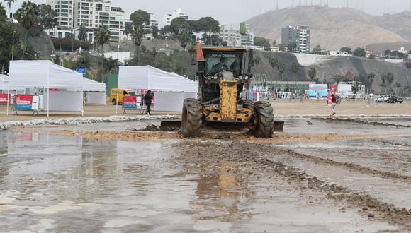 La crecida del mar el día de ayer obligó a suspender las inoculaciones en los locales instalados en la playa. (Foto: GEC)
