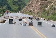 Cusco: transportistas en huelga bloquean vías con artefactos eléctricos viejos