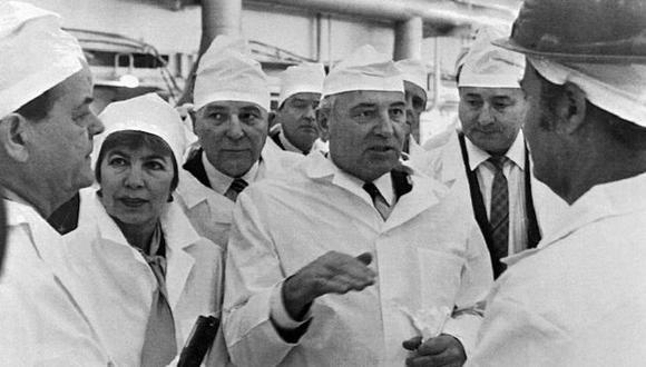 El ex presidente soviético Mijaíl Gorbachov (dcha) y su esposa Raisa Gorbacheva (segunda a la izda) visitaron la planta nuclear en febrero de 1989, poco antes del desastre. Foto: Getty images, vía BBC Mundo