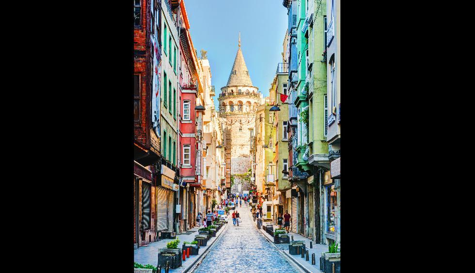 La Torre Gálata, en Estambul, (al fondo de la foto) es hoy es un restaurante y se puede subir hasta la Torre U$S3.  (Foto: shutterstock)