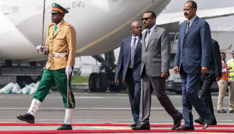 El presidente de Eritrea, Isaias Afwerki, es recibido por el primer ministro de Etiopía Abiy Ahmed, en su primera visita en 22 años al aeropuerto de Addis Abeba, Etiopía. (Foto: AP)