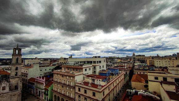 Vista de grandes nubes oscuras sobre La Habana antes del paso de la tormenta tropical Elsa, el 5 de julio de 2021. (Foto de YAMIL LAGE / AFP).