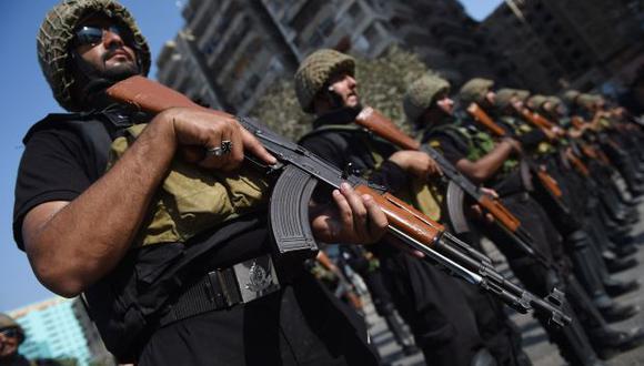 El ataque comenzó poco antes de las 9.30, hora local, cuando los atacantes comenzaron a disparar. En la foto, Comandos de la policía paquistaní montan guardia. (Foto referencial: AFP)