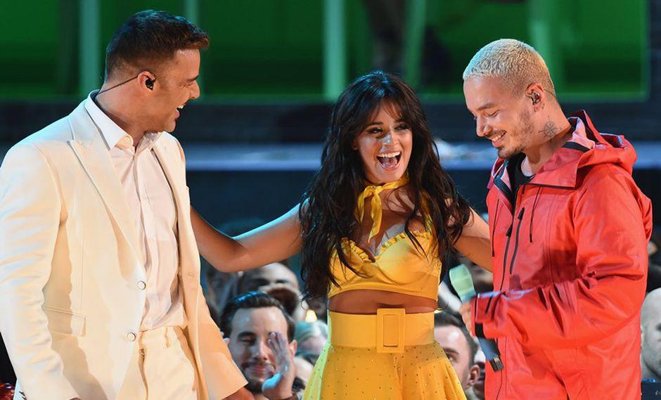 Camila Cabello junto a Ricky Martin y J Balvin. (Foto: AFP)