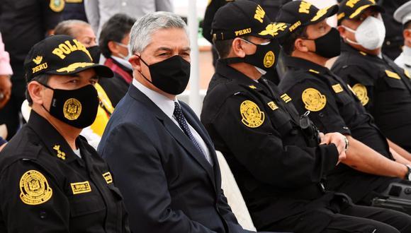 Ministro del Interior junto al teniente general César Cervantes Cárdenas como comandante general de la PNP durante ceremonia. (Foto: @MininterPeru)