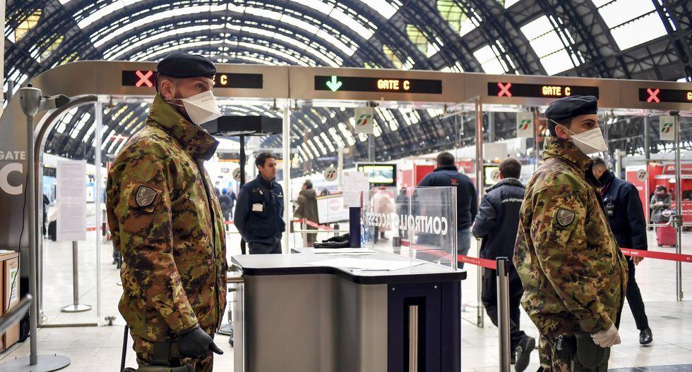 Soldados del ejército de Italia patrullan la estación principal de trenes de Milán, en cuarentena por el coronavirus. (Claudio Furlan / LaPresse vía AP).