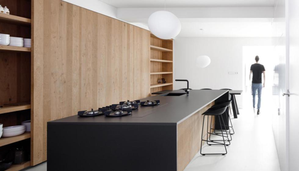 En la cocina, utiliza tableros de granito o de cuarzo negro, estas piezas aportan un brillo especial que acentúa la elegancia de los espacios. (Foto: i29 Architects)