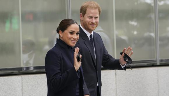 El príncipe Harry y Meghan, el duque y la duquesa de Sussex, posan tras visitar el observatorio en One World Trade en Nueva York, el jueves 23 de septiembre de 2021. (AP Photo/Seth Wenig).