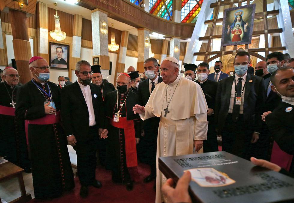 El papa Francisco recibió este viernes un pequeño trozo de Irak: una copia de un viacrucis estilizado, obra de un escultor musulmán, uno de los más conocidos del país, incrustado en las paredes de una iglesia de Bagdad. (Texto y foto: AFP).