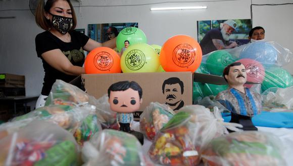 Personal de la marca el Chapo 701 entrega juguetes y dulces a niños en situación vulnerable este sábado, como conmemoración del Día del Niño. (EFE/ Francisco Guasco).