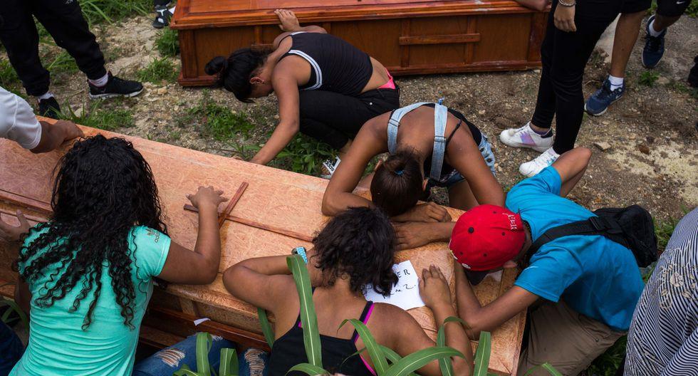 Familiares y amigos lloran en el entierro de Johander Perez y Wuilkerman Ruiz en el Cementerio General de Caracas. Ambos fueron supuestamente asesinados por las FAES. (AFP).