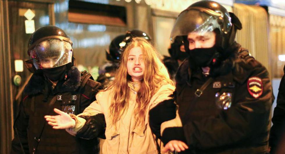 La policía detiene a una mujer durante una protesta contra el encarcelamiento del líder de la oposición Alexei Navalny en Moscú. (Foto: AP/Alexander Zemlianichenko)