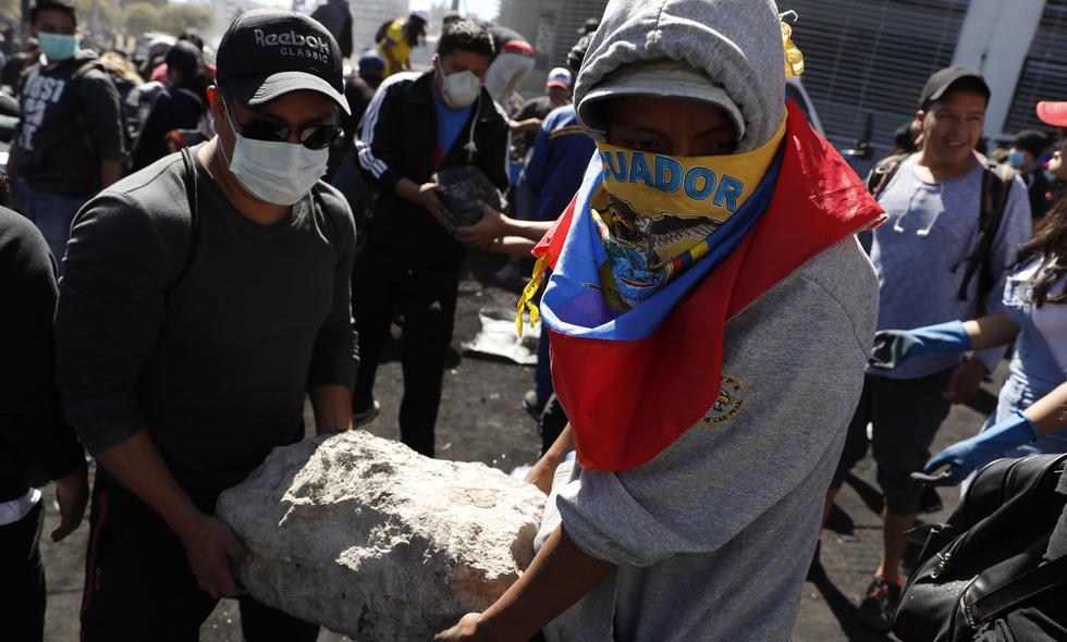 Ciudadanos y manifestantes indígenas recogen las piedras que formaban las barricadas en la calles luego de que se anunciara el fin de las protestas en Ecuador. (EFE/ Bienvenido Velasco).