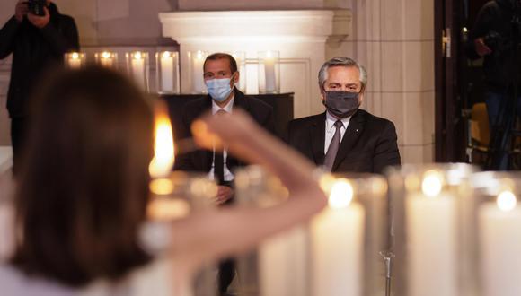 Una fotografía facilitada por la Presidencia argentina muestra al presidente argentino Alberto Fernández participando en un homenaje a las personas fallecidas por COVID-19, en el Centro Cultural Kirchner, en Buenos Aires. (EFE / EPA / PRESIDENCIA ARGENTINA).