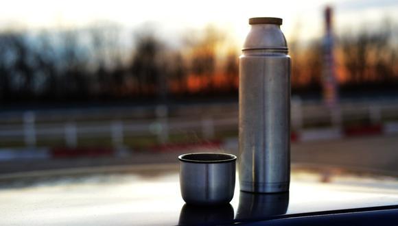 El termo mantiene tus bebidas favoritas a la temperatura adecuada durante largas horas, pero siempre debes limpiarlo. (Foto:  vladimirya / Pixabay)