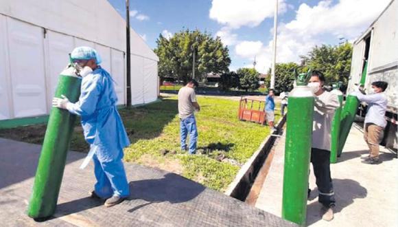 El Minsa hace vuelos diarios de abastecimiento a Iquitos. Actualmente, traslada 60 balones de oxígeno para los hospitales. También lleva equipos de protección y medicinas. (Foto; Minsa).