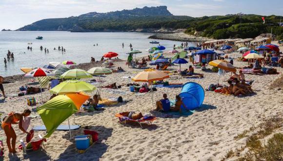 La arena blanca de las playas de Cerdeña es considerada un bien público. Foto: Getty images, vía BBC Mundo