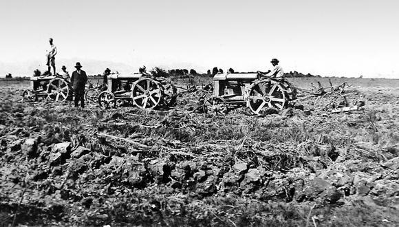 Imagen de 1915 que retrata a los inmigrantes japoneses que se asentaron en las zonas agrícolas de la costa. Hoy muchos de sus descendientes se han dedicado a carreras relacionadas con esta actividad.