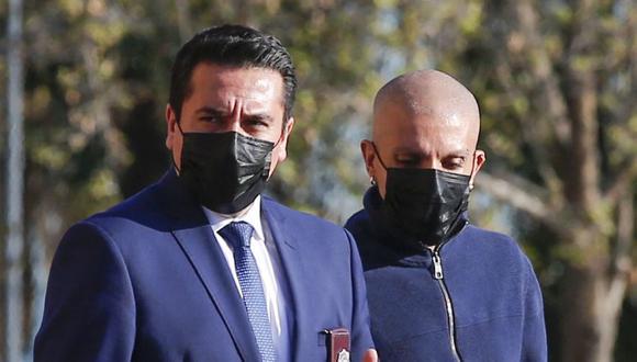 El asambleísta Constituyente de Chile Rodrigo Rojas Vade (derecha) sale de la sede de la Brigada de Investigaciones Criminales (Bicrim) de la Policía de Investigaciones (PDI) tras declarar tras mentir sobre su diagnóstico de cáncer en Santiago. (Foto: JAVIER TORRES / AFP)