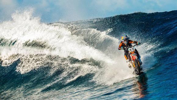 Motociclista corre olas con su moto