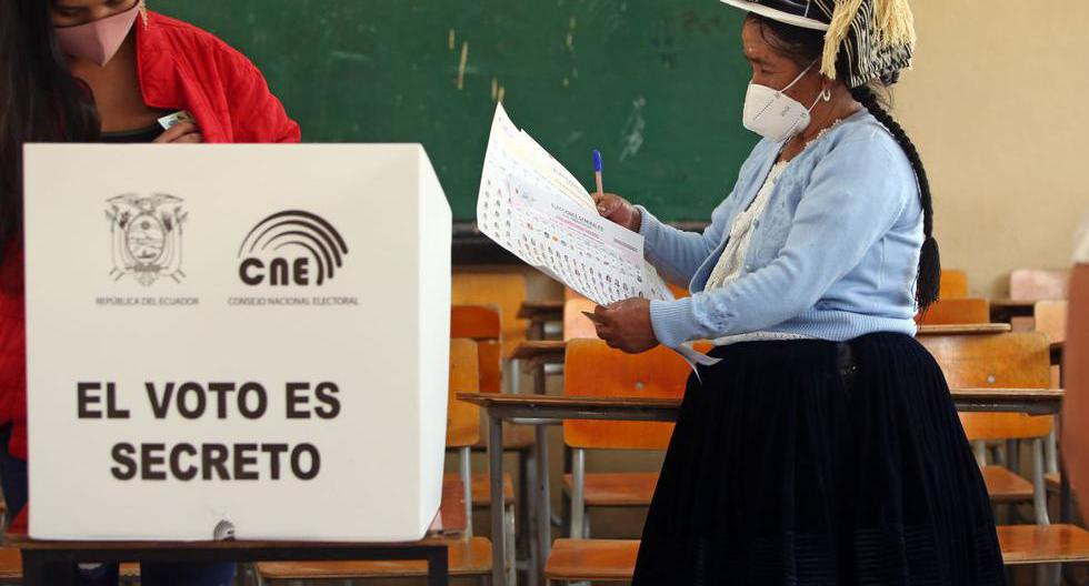 Una mujer campesina de Cuenca emite su voto en el colegio Fausto Molina durante la primera vuelta de las elecciones presidenciales en Ecuador. (Foto de Cristina Vega RHOR / AFP)