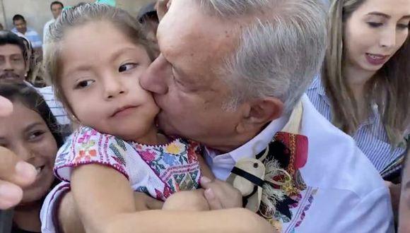 Andrés Manuel López Obrador continúa fiel a su tradición de besar y abrazar en actos públicos, pese a las recomendaciones médicas de evitarlo para no expandir el coronavirus.  TWITTER @LOPEZOBRADOR_