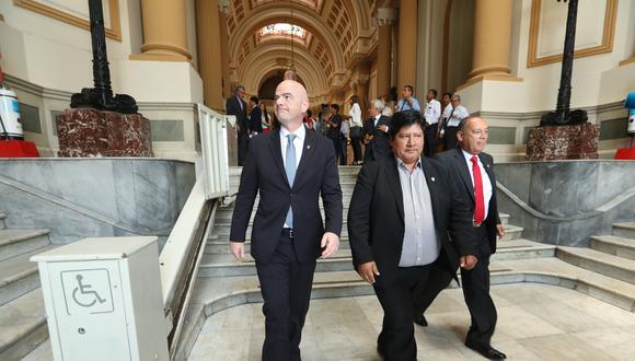 Edwin Oviedo, presidente de la FPF, durante la visita a Lima de Gianni Infantino, presidente de la FIFA. Una nueva crisis llegaría a la Videna. (Foto: Rolly Reyna/El Comercio)