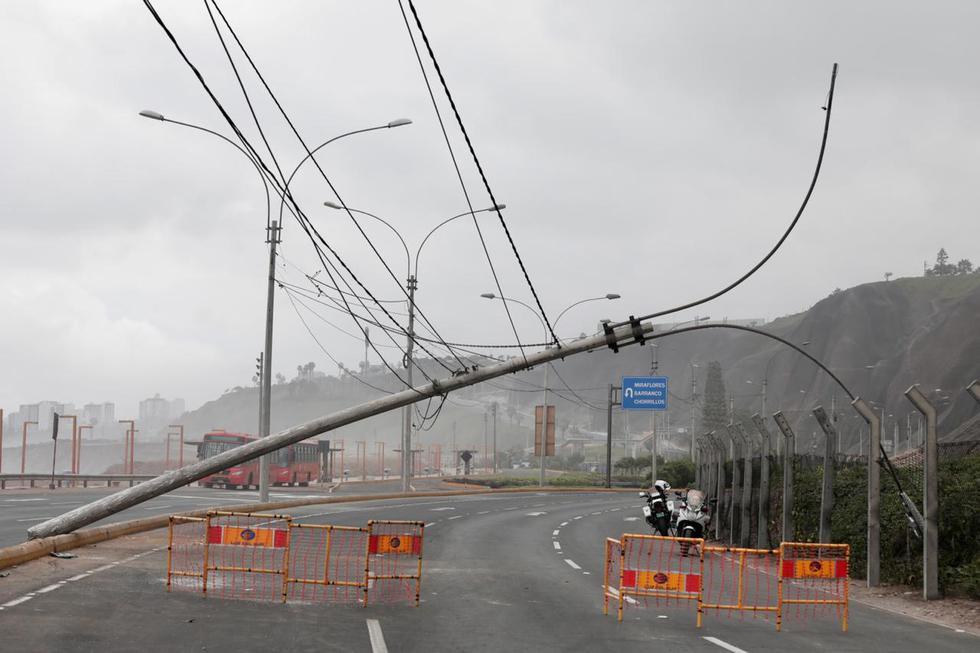 Un poste de alumbrado público quedó inclinado tras ser impactado por un vehículo esta mañana. (Foto: Ángela Ponce/GEC)