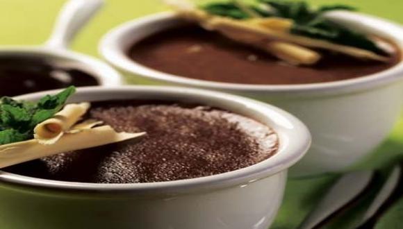 Soufflé con salsa de chocolate bitter