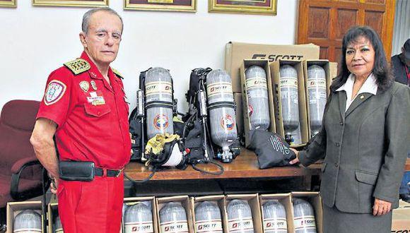 El ex comandante de los bomberos César Leigh recepcionó en octubre del 2017 los cuestionados Air Pak 75i para el Cuerpo General de Bomberos del Perú.
