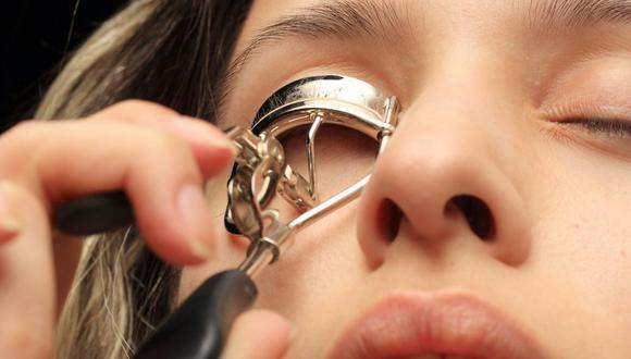 Al momento de maquillarte, el rizador es una buena herramienta para embellecer la mirada. (Foto: Engin Akyurt / Pexels)