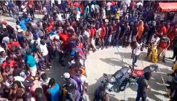 En las calles y en las playas de Necoclí están los miles de migrantes. (Foto: captura de video)
