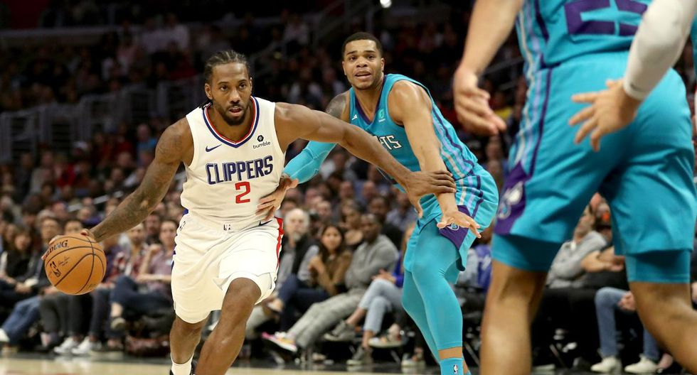 LOS ANGELES, CALIFORNIA - OCTOBER 28: Kawhi Leonard #2 of the Los Angeles Clippers dribbles past Miles Bridges #0 of the Charlotte Hornetsduring the first half of a game at Staples Center on October 28, 2019 in Los Angeles, California. NOTE TO USER: User expressly acknowledges and agrees that, by downloading and or using this photograph, User is consenting to the terms and conditions of the Getty Images License Agreement.   Sean M. Haffey/Getty Images/AFP