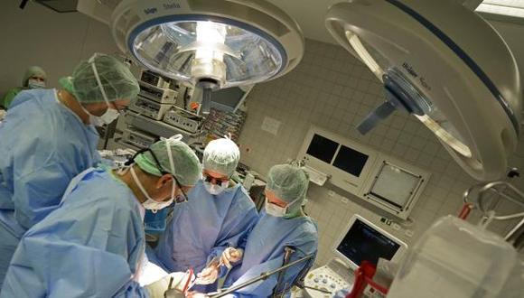 Extraen tumor a bebe mientras estaba unido a la placenta