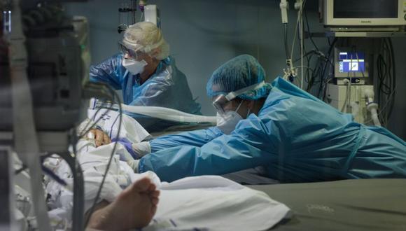 Médicos del Hospital Universitario Nuestra Señora de La Candelaria, en Santa Cruz de Tenerife, atienden a un paciente con coronavirus. (Foto: EFE/Ramón de la Rocha).