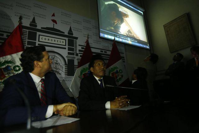 En marzo del 2018, el entonces congresista  Moisés Mamani mostró un video en el que su colega Kenji Fujimori  le ofrecía  gestionar obras en Puno a cambio de no apoyar la vacancia contra  el presidente Kuczynski. (GEC)