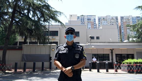 Un policía chino monta guardia frente al Consulado de Estados Unidos en Chengdu, provincia de Sichuán, suroeste de China. (Foto: Noel Celis / AFP).