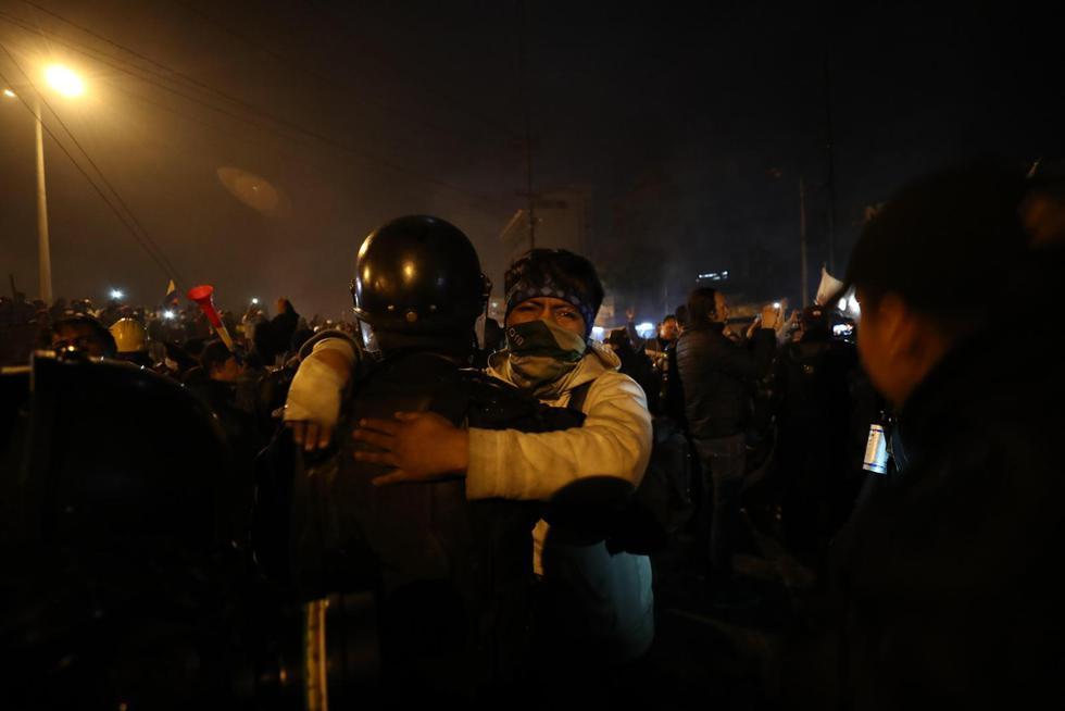 Las calles de Quito, que hasta hace unas horas eran escenario de violentos enfrentamientos entre policías y manifestantes opositores al decreto 883, se han convertido en el lugar de encuentro entre ambos bandos. (EFE)