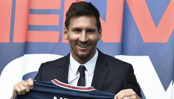 El futbolista argentino Lionel Messi posa mientras sostiene su camiseta número 30 durante una conferencia de prensa en el estadio Parc des Princes del Paris Saint-Germain (PSG) en París el 11 de agosto de 2021. (STEPHANE DE SAKUTIN / AFP)