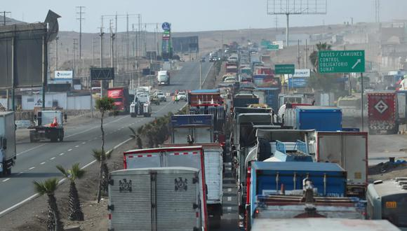 El miércoles, los choferes de taxis colectivos bloquearon la carretera Panamericana Sur, a la altura de Pucusana, originando tráfico vehicular en la carretera. Esto también se repitió ayer. (Foto: Alessandro Currarino / @photo.gec)